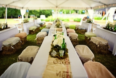 Hay-bale-seating-wedding-country-arosyoutlook