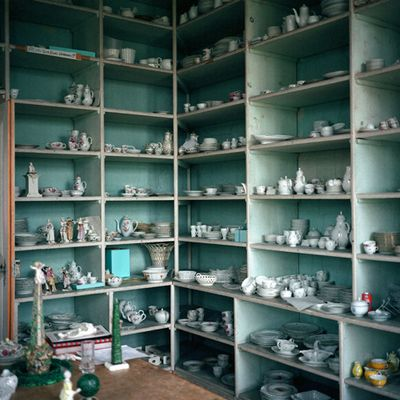 Mint-shelves-china-domino-magazine-arosyoutlook